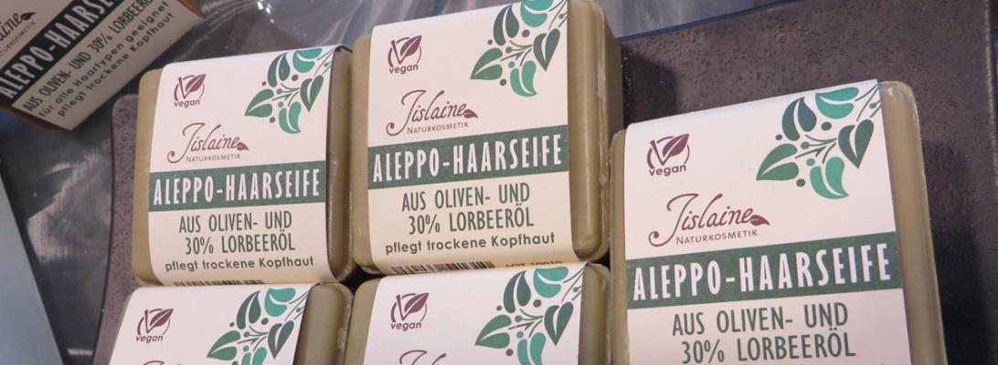 Eine Seifen-Serie haben wir entdeckt, die nicht nur hautschonend und aus natürlichen pflanzlichen Inhaltsstoffen gefertigt wurden, sondern die auch mit geringst-möglicher Verpackung daher kommt: Aleppo-Seife von Jislaine.